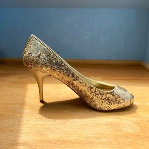 GUESS ✨ gold sequin peep toes